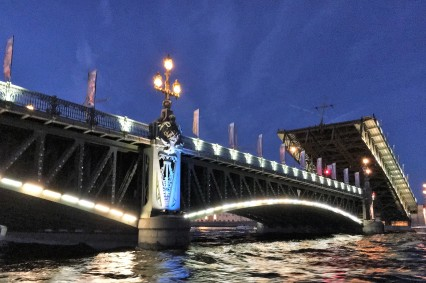 05 Levée des ponts sur la Néva chaque nuit après minuit