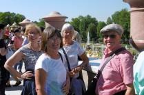 08 Des voyageurs heureux d'être venus à Peterhof